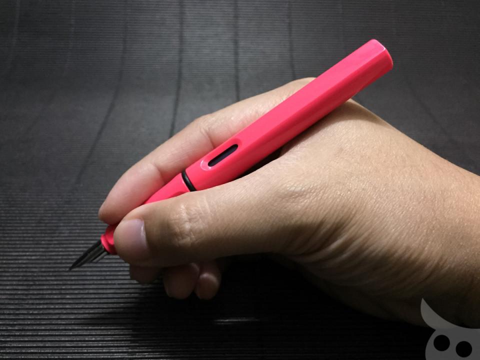 เห็นมั้ยครับว่าที่ปลายด้ามปากกาจะไม่เห็นโลโก้ของ LAMY เลย