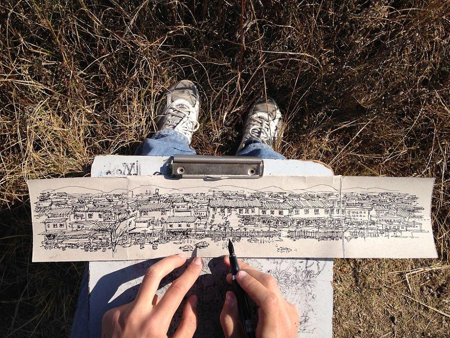 ลายเส้นวาดเมืองของ Wenyi บนเศษกล่องกระดาษ ที่เขาพบในบริเวณที่นั้น ที่มา Borepanda.com