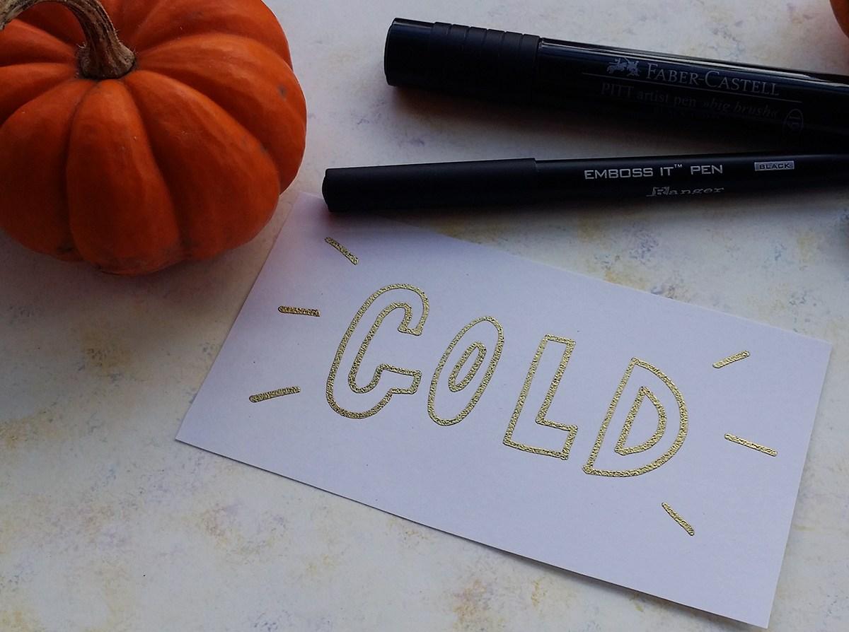 ปากกา Embossing Pen ทำจากน้ำหมึกพิเศษ ทำให้แห้งช้า เหมาะกับการนำมาใช้กับ Embossing Powder ที่มา : littlecoffeefox.com