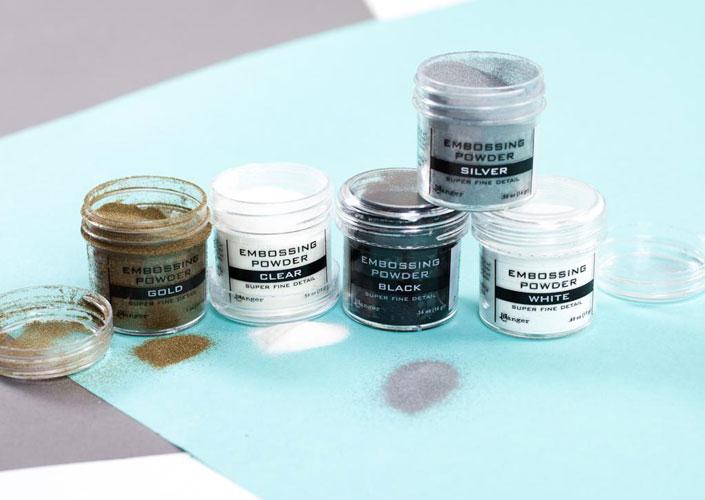 Embossing Powder ผงสีสำหรับโรยลงบนงานเขียน Calligraphy มีสีให้เลือกมากมาย แต่สีที่ได้รับความนิยม คือ สีทอง สีเงิน สีขาว และสีดำ ที่มา : craftsy.com
