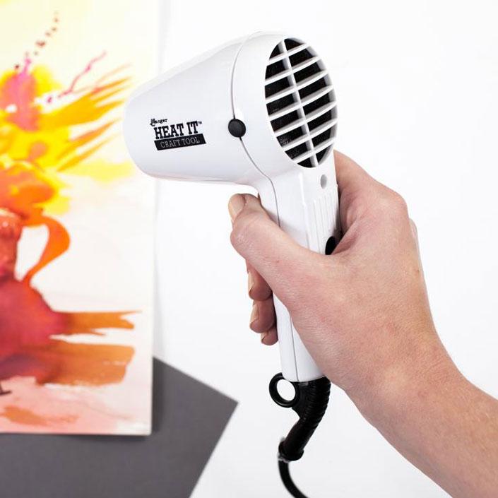 Heat Tool เครื่องมือให้ความร้อน หลอมเม็ดสีให้ละลายกลายเป็นเนื้อเดียวกัน แล้วยังเพิ่มนูนให้กับตัวอักษรของเราอีกด้วย ที่มา : craftsy.com